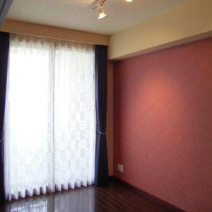 2部屋の建具を取り払い、広いリビングに。こちらの壁に将来TVボードを