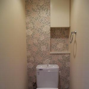 トイレは正面を大胆な花柄に。
