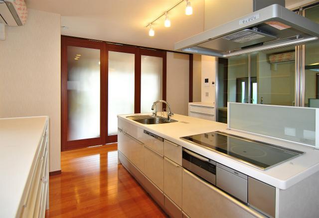 キッチンは建具で間仕切ることもできます。