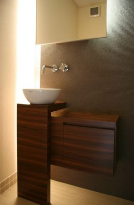 トイレの手洗いと鏡。スリットに照明を入れました。 収納棚もオリジナルデザインです。 0xcafe '09年6月オープン予定 名古屋市瑞穂区瑞穂通1丁目(名古屋市博物館はす向かい)