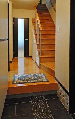 鉄骨3階建て住宅の全面リフォーム。 玄関を少し広げてに大型収納を取り付けました。 急だった階段も架け替えました。(既設階段は下に画像があります。)