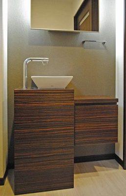 2階の既設のトイレもリフォーム。 オリジナルの手洗いやカウンターを取り付けました。