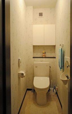 1階のトイレは移設(新設)しました。 家族用にシンプルに。