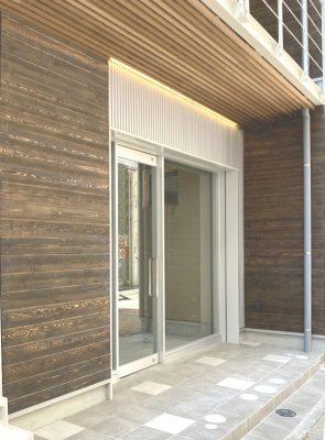 1階入り口 軒天も告示仕様の上、木ルーバーで温かみを出します。エステックウッド(江間忠木材)