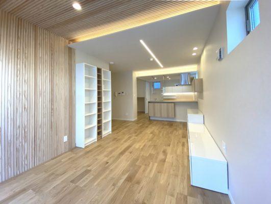 書棚、TVボード、カウンター収納…。コストカットのため造作家具はイケアで。