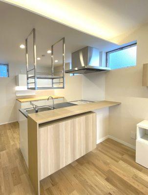 キッチンカウンター 造り付け多様に見えるイケアの家具。