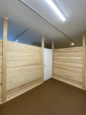 温かみのあるJパネルの個室。