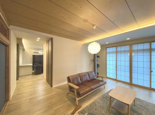 縁側・和室だった空間を一体にした広いリビング。奥に見えるのはダイニングキッチンです。。