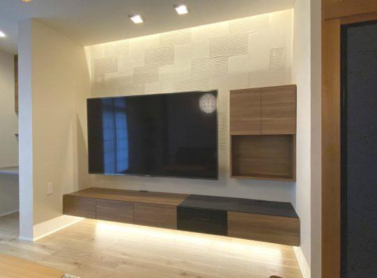 床の間だった部分は、断熱と耐力壁を追加し、けいそうリフォーム櫛引スクエア仕上げ。(四国化成)TVボードはパモウナの規格品です。