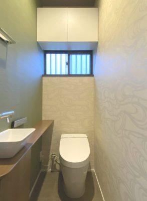 既設トイレは入れ替えて化粧直しをしました。収納とカウンターも設置。
