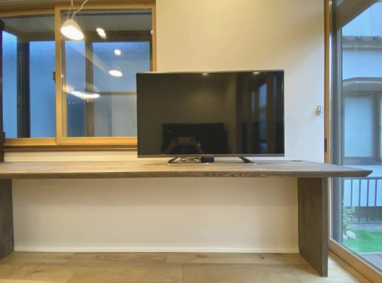 広くなったダイニングに書斎用のカウンターを設け、TVも設置。