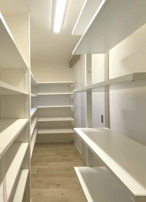 キッチンに続くパントリーは二方向開口の、回遊できる設計です。忙しい日々の動線を短くします。