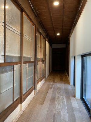 北側の廊下。中庭(右)のサッシは掃き出しを小窓に変えます。断熱性能を上げ、中庭も眺められます。