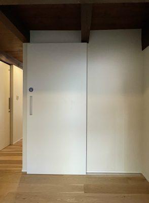 既設のはしご階段は位置を変え、2階(天井裏)の冷気が入らないように扉を設けました。