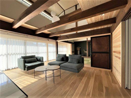 リビングの吹き抜け。2階の一部の床を抜き、Jパネルを貼って水平剛性を保ちます。屋久杉の貴重な建具は再利用します。