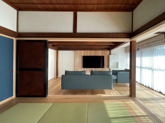 仏間と床の間を残し、和室も琉球畳を入れ、建具は3本引きに。天井高さを取るため床組をやり直し、既設鴨居に合わせます。足固めも取り付け直しました。