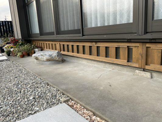 縁側の床下の換気窓。伝統工法は、基礎はなく石場建てです。床はしっかり断熱し、床下風の抜ける仕様です。