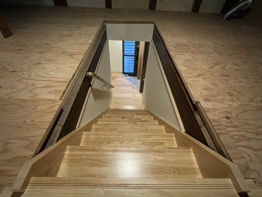 緩やかになった階段。2階(小屋裏)から下階を見る。しっかり断熱材を敷き詰め、合板が乗せてあります。