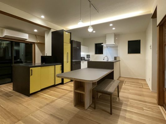 既設キッチンをコンパクトに使いやすくパントリーを設置。ダイニングテーブルはJパネルを使って製作してもらいました。天板のみメラミンを貼って汚れにくく。