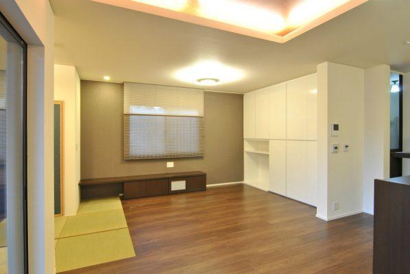 1階の和室だったところはリビングに。 収納を設け、ペットのゲージを置けるコーナーもあります。