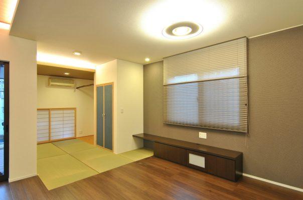 増築した和室と、TVボード。 プリーツスクリーンはダブルシェード
