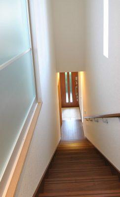 娘世帯の玄関から続く階段。