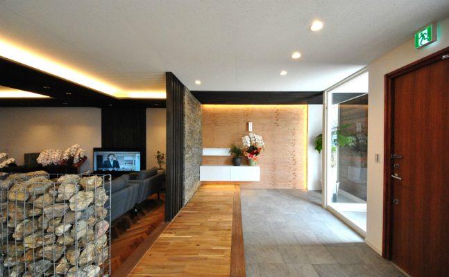 壁はラーチ合板です。どこにでも釘が打てて、ディスプレイや壁掛け家具も思いのままです。