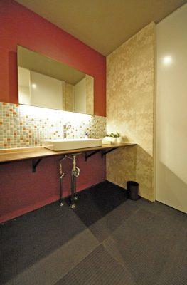 化粧室のカウンターはウッドワンです。 デザイナーズハウスの アールプラスホーム 0533-66-1355