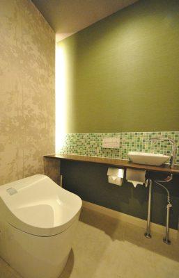 トイレには縦に間接照明を入れ、柔らかな灯りに。
