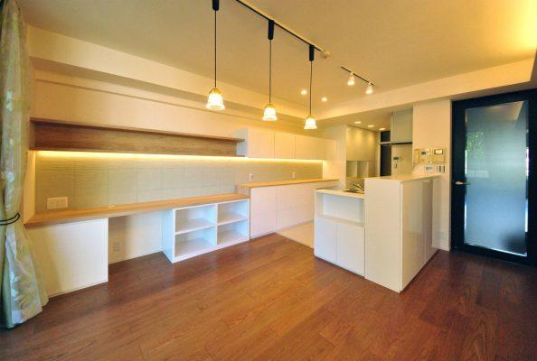 築浅のマンションのリフォーム。 収納部屋になっている南向きの和室を広いリビングルームにしました。