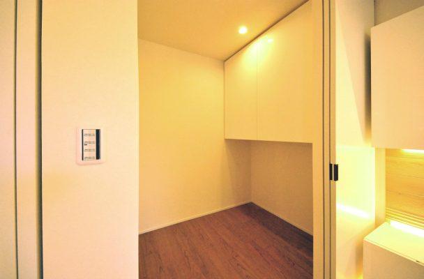 個室には布団などの収納できる収納庫を設けました。