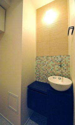 トイレの手洗いにはエコカラットとモザイクタイルヲあしらいました。