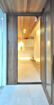 1階(地下)がRC造、木造2階建ての混構造住宅のリフォーム。 ポーチから玄関につながる天井はレッドシラーのパネルです。