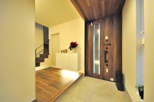 玄関からポーチへ続くレッドシダーの天井。 玄関脇にもスリッパや日常履きなどの収納ができます。