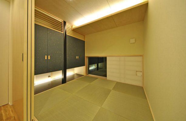 和室は太鼓張りの障子にして低い窓から庭が眺められます。