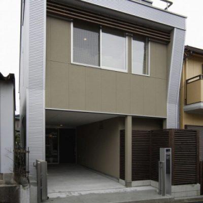 2階建て住宅の全面リフォーム。 住まいのインテリアコーディネーションコンテスト支部長賞受賞。述べ床23坪ですが広く住める設計です。 手前は隣家の物置です。1階にガレージを設け、坪庭も。