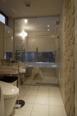 狭さを少しでも克服するため、トイレと洗面を1室に、 バスルームは強化ガラスの扉で区切りました。