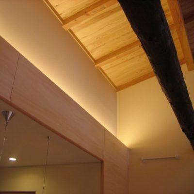 LDの天井はJパネルを使って屋根なりに高く上げました。既設の梁を残しました。