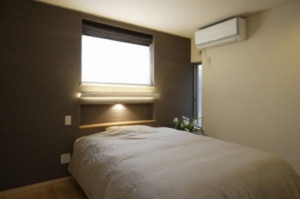 1階の主寝室。この壁は無筋のCBで腰までできていたため、基礎補強の上、二重に壁を設けました。 壁厚により深みのある窓とニッチができました。 ヘッドボードのないベッドですっきりと。