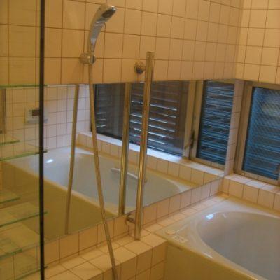 浴槽から坪庭が眺められます。 ガラスの棚がアクセント。