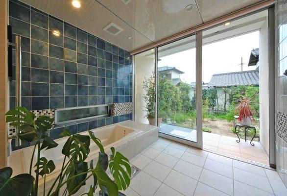 中庭に向けて大判の窓のある浴室。 露天風呂のイメージです。