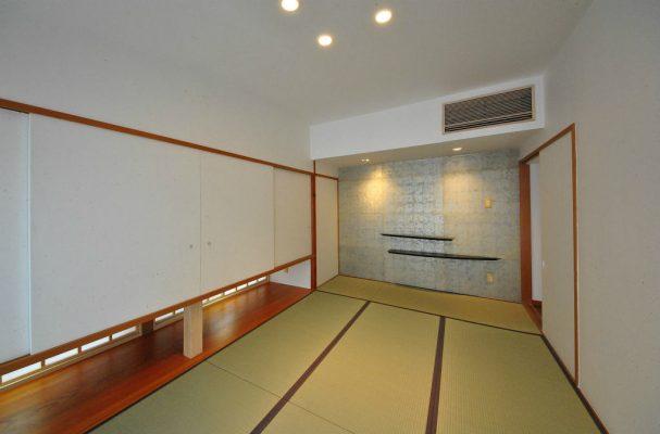 和室は棚を造り和紙を張り替えました。正面の壁は金箔入りの和紙です。