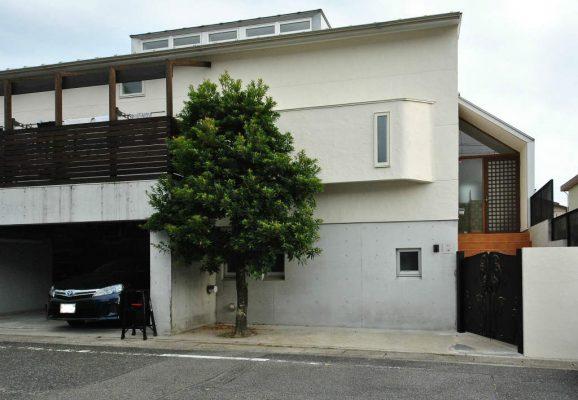 1階(地下)がRC造2階が木造の混構造住宅のリフォーム。 北側道路からの外観。 エントランスの、塀と門扉を取り付け外壁を塗りなおしました。