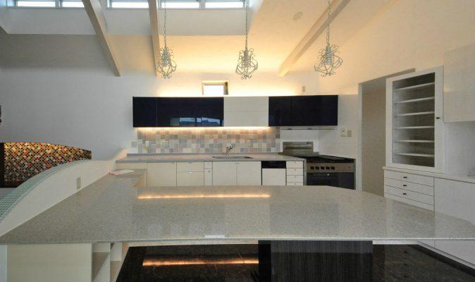 既設のキッチンを使い、吊棚やタイル、造り付けのビッグテーブルで一新します。