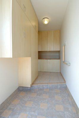 狭くて物のあふれていた玄関を、各々の収納場所をつくって、 すっきりさせました。 奥の下段の扉は開き込んでワンちゃんのゲージが 入るように設計されています。