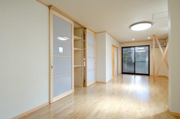 1階のリビング 収納品をうかがって計画を立てながら棚、引き出しのある収納庫です。 扉は2階への階段と兼ねています。
