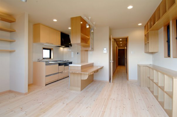 新設のキッチン スペースを有効に使うため、収納にあわせたコンパクト設計です。