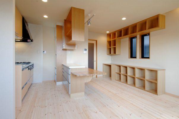 都心の建売住宅を2世帯で住めるように、 建蔽率いっぱいに増改築リフォームいたしました。 2階のバルコニーだった部分を増築して LDKにしました。