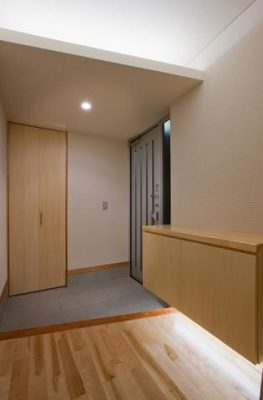 玄関 玄関脇にWI収納を設けました。SANWAのデザインタイルでアクセント。