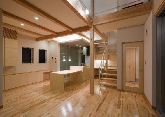 LDK オープンキッチンに造り付けの収納、スチール階段下は パソコンスペースです。ペンダント以外は省エネの蛍光灯照明。 蛍光灯も上手に使えば美しい演出ができます。